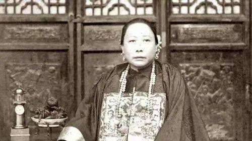 李鸿章母亲,脸上长有麻子,走路一双大脚,为何被清廷一再褒奖?