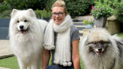 女子用萨摩耶犬的毛制作围巾 当作纪念品