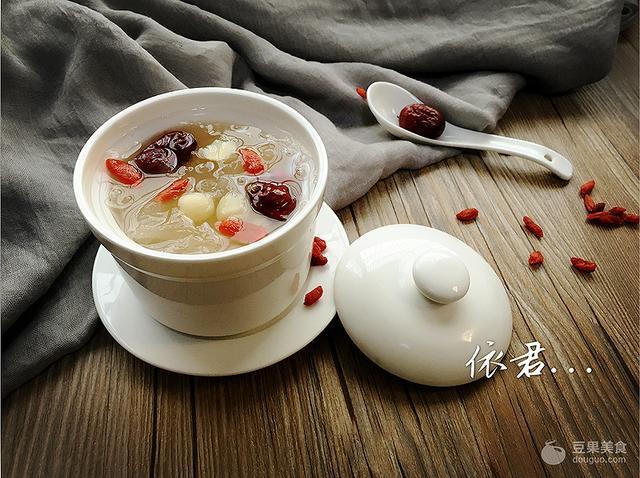 银耳莲子红枣汤的做法,莲子红枣炖银耳的做法
