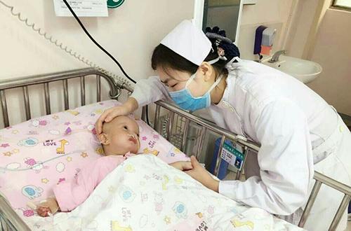 婴儿 吸痰,血管瘤科小护士急救8个月脑瘫儿 吸痰吸奶保生命