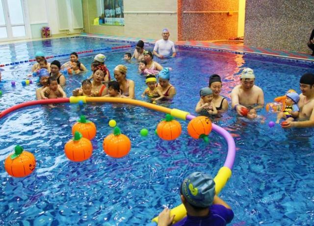亲亲天使婴儿游泳馆,持续的酷暑炎热为亲子游泳带来火爆人气