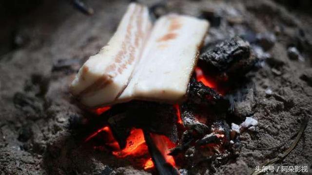 腊肉怎么做好吃,腊肉皮不要扔了,这么一烧一炒不要太美味