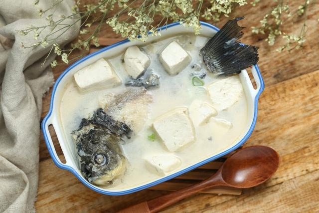 炖鱼汤的做法,炖鱼汤时,只有顺序对了,鱼汤才能奶白香醇,鱼肉还不腥