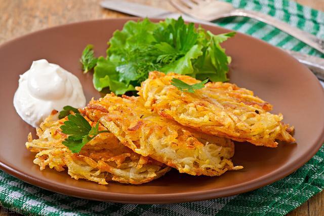 土豆饼怎么做,做土豆饼时,牢记3个步骤,不仅焦黄酥脆,出锅后更是百吃不厌