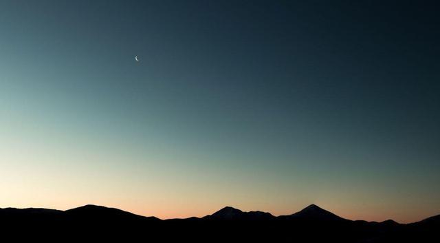 关于月亮的句子,值得收藏的宝藏句子:我当然不会试图摘月,我要月亮奔我而来