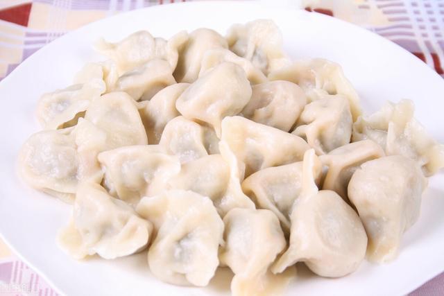 白菜馅的做法,白菜做馅时,有人焯水,有人用盐杀水,教你正确做法,饺子特别香