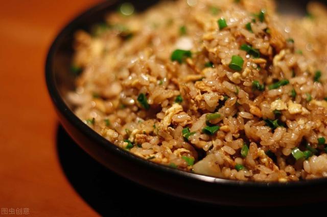 酱油的吃法,做酱油炒饭时,牢记2放2不放,炒出来米饭香气四溢,比吃肉还香