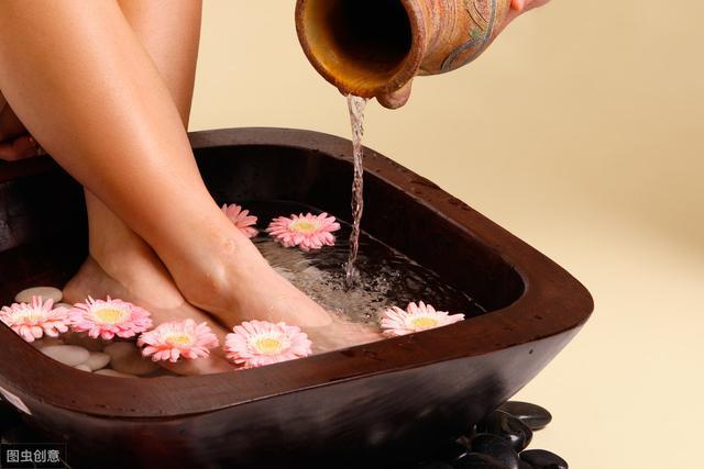 女人如何更好养护身体?经常泡泡脚祛病保健,水中加些料效果更好