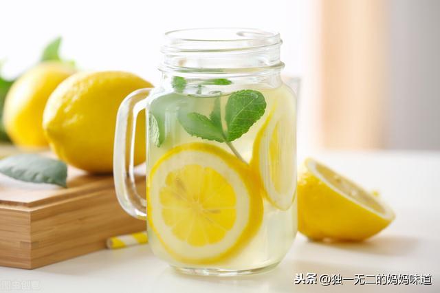 柠檬水怎么做,想做酸甜可口的柠檬水?关键步骤注意到,自制柠檬水就不会苦了
