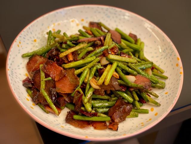 腊肉怎么做,炒腊肉不可直接下锅炒,多加1个步骤,腊肉香嫩不肥腻,更解馋