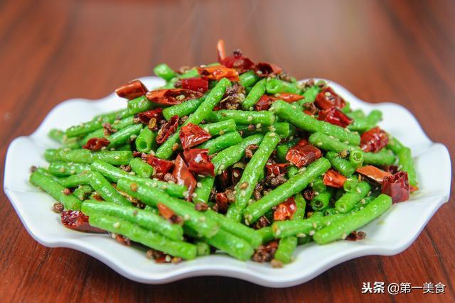 干煸豆角怎么做,大厨分享一道干煸豆角的家常做法,香辣清脆不变色,好吃下饭快