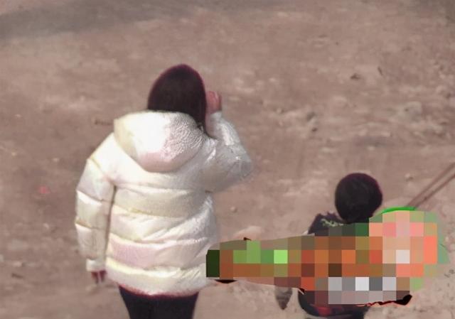 4岁小海绵探班baby,太朴素不像星二代,工作人员陪不见妈妈
