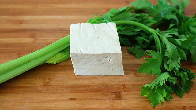 芹菜叶的吃法,芹菜不再炒着吃,加1块豆腐,教你1个独特做法,上桌就扫光