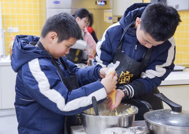 这所京派分校上课超有趣:课上颠勺炒菜,还能尝美食