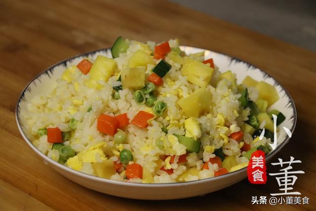 菠萝饭的做法,米饭里加半个菠萝,没想到这么好吃,做法简单又开胃,出锅就抢光