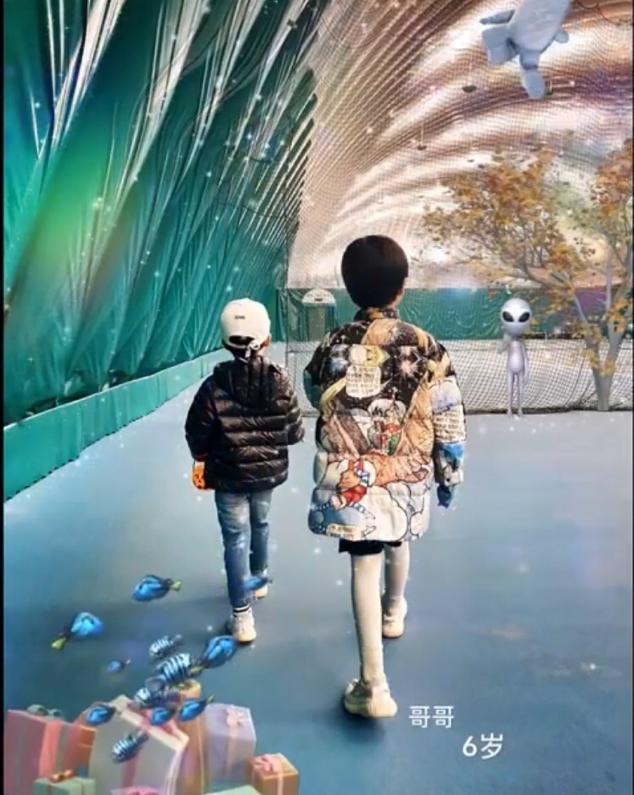 靳东老婆罕晒娃庆生,6岁大儿子身高惊人,脚踩上千名牌球鞋? 全球新闻风头榜 第2张
