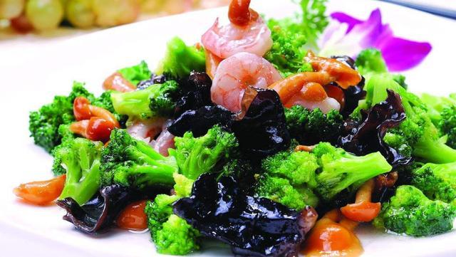 西兰花怎么做好吃,58岁老厨师长说,西兰花和这7种食材炒着吃,既好吃又营养还养颜