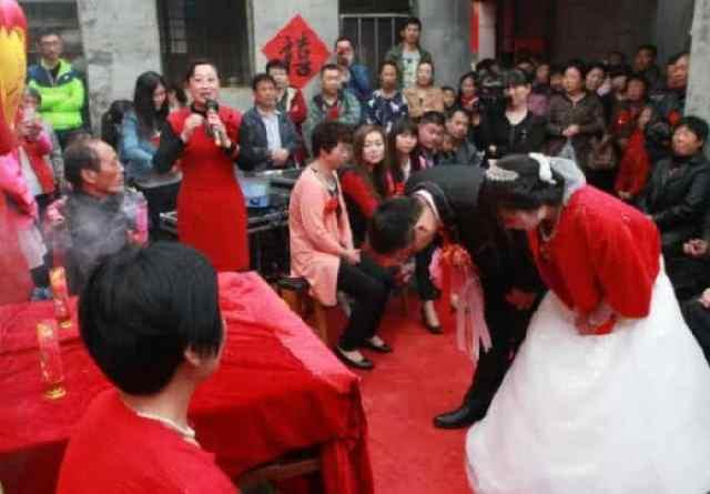 结婚现场新郎给新娘戴胸花,紧张到手抖不停,新娘是别人家的吗? 全球新闻风头榜 第4张