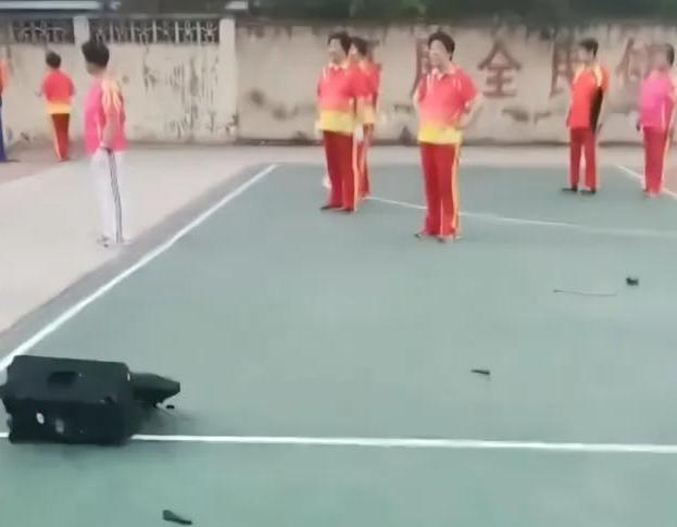 广场舞大妈抢占篮球场后,男子拿砖头砸坏音响,网友:终于砸了 全球新闻风头榜 第3张