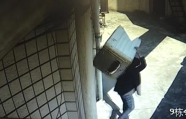男子将房门钥匙藏地垫下,小偷直接开门盗窃:家都快被搬空了