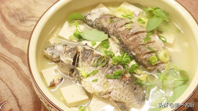 鲫鱼豆腐汤的做法,鲫鱼豆腐汤怎样做才好喝?大厨教你不外传的技巧,汤浓味鲜营养高
