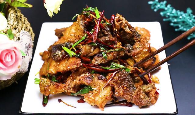 鱼丸的吃法,做鱼丸剩下的鱼头不要丢,大厨教你一种做法,香辣好吃又下酒