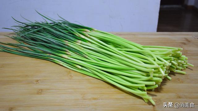 蒜苔怎么做好吃,奶奶做的腌蒜苔,酸甜脆爽又下饭,一次腌9斤,吃到夏季都不厌