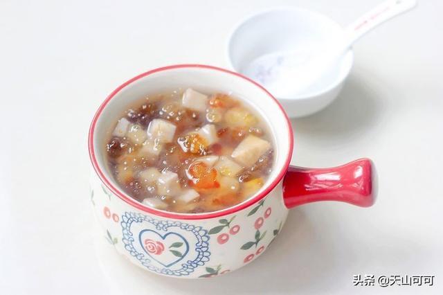 桃胶的做法,一块芋头,一把桃胶,做法简单,软糯粘稠,比燕窝都好吃