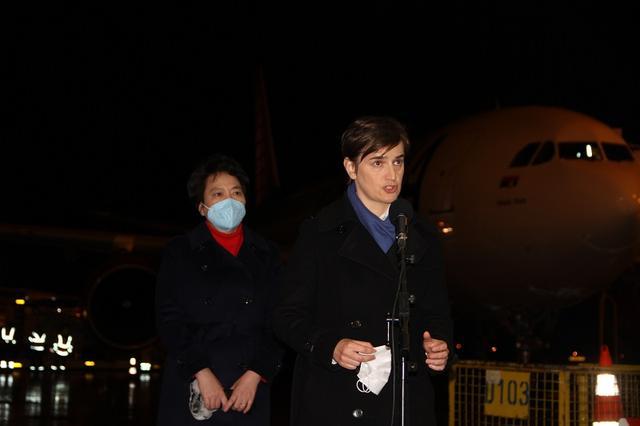 第二批中国新冠疫苗运抵塞尔维亚 塞总理赴机场迎接