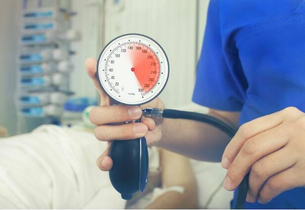 高血压有哪些症状表现,医生劝告:血压升高时,身体会有4种迹象,若你有,该降血压了