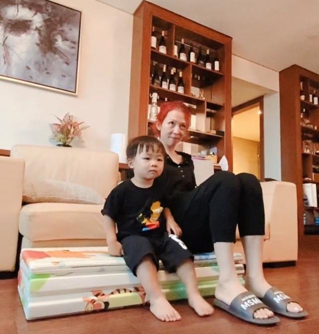 蔡少芬与2岁儿子同框,素颜出镜变化大,豪华客厅曝光一柜酒吸睛 全球新闻风头榜 第1张