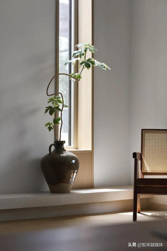 去复杂的造型装饰,素白的墙面也豪宅,软装设计师这样玩设计的