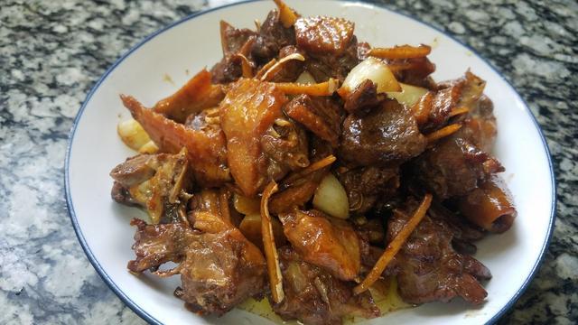 鸭子的吃法,鸭肉很多人都爱吃,教你一道姜蒜焖鸭,香味浓无腥味,太好吃了