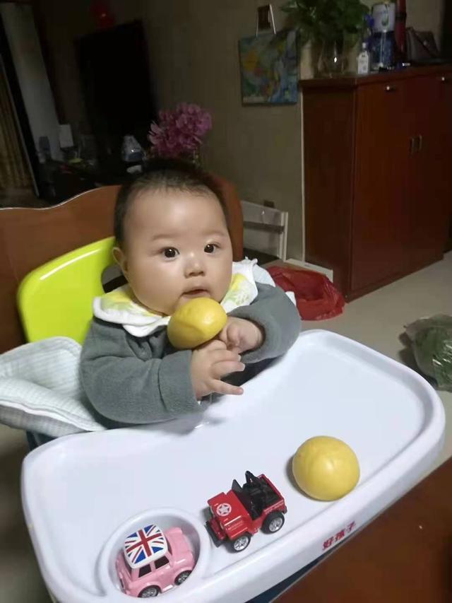 婴儿吃手,如何培养宝宝自主进食