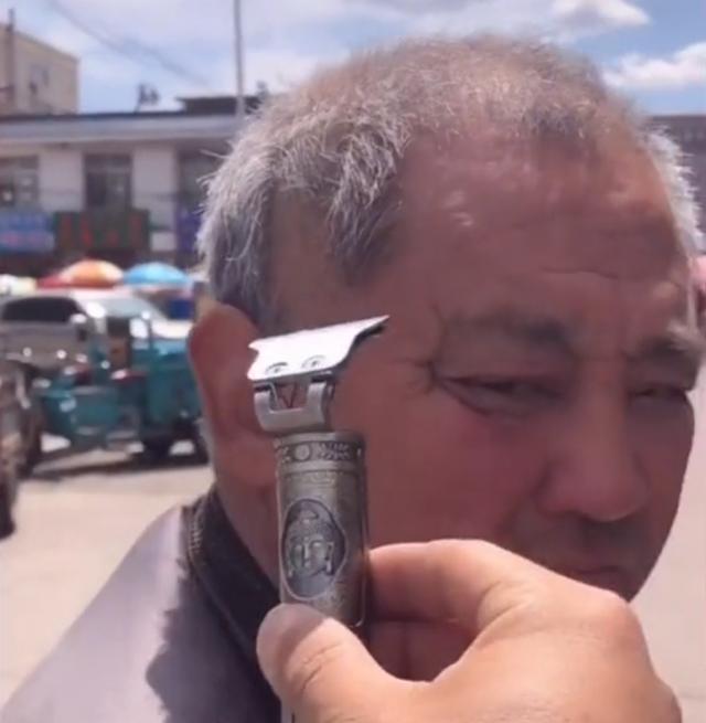 浙江一男子宣传理发器,路过的大爷全部变成光头,小表情引人爆笑 全球新闻风头榜 第1张