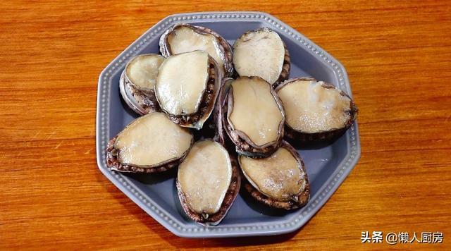 鲍鱼的做法及清洗,鲍鱼不用配蒜蓉蒸,加点蚝油,调一点芡汁,肉质Q弹爽口,味道鲜
