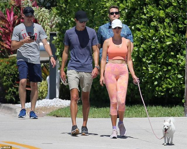 39岁伊万卡穿小花裤遛狗,身姿很挺拔,皮肤不及金·卡戴珊的紧致 全球新闻风头榜 第1张