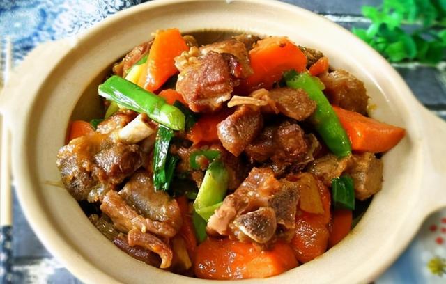 红烧羊肉的家常做法,天冷多吃羊肉,教你红烧羊肉的正宗做法,羊肉软烂入味不膻还不腥