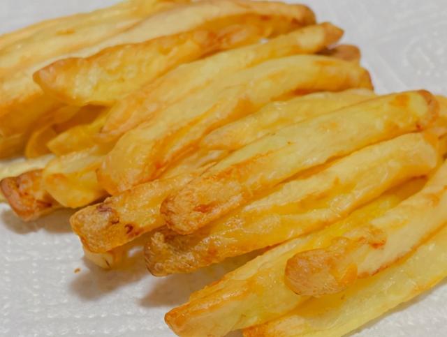 炸薯条的做法,炸薯条时,有人先煮有人先冻?都不对,教你正确做法,薯条不回软