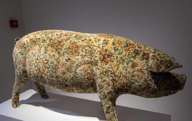 属猪纹身,活猪纹身后,一张猪皮高达70多万,被香奈儿买走做成限量版手袋