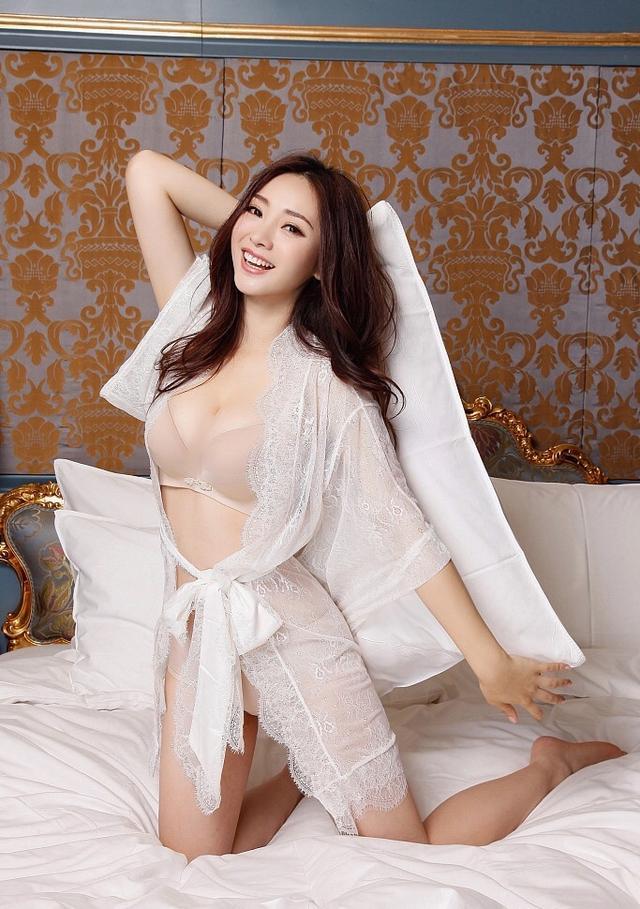 胸部图片,40岁柳岩床上写真秀曲线,下衣失踪裹薄纱,仅内搭勒出傲人上围
