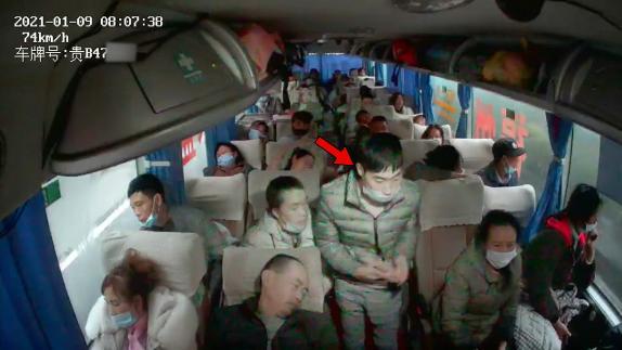 载39人大巴高速行驶,司机突遭乘客拿锤暴力砸头!方向盘上全是血 全球新闻风头榜 第2张