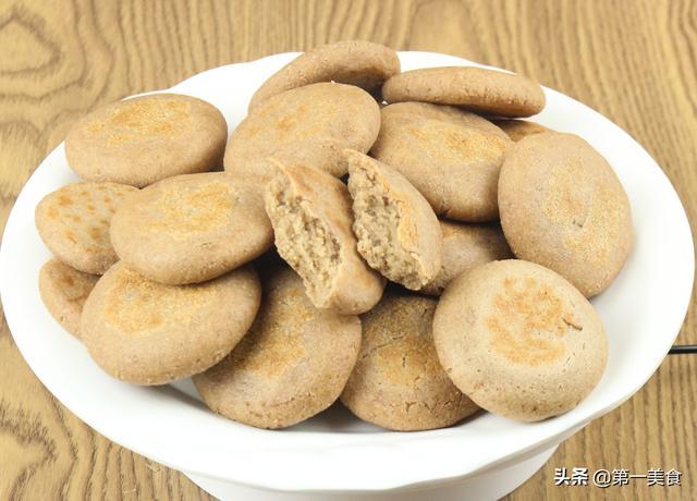 干豆的做法,花生米别再炸了,加一碗面粉变成饼,香酥清脆,营养早餐少不了