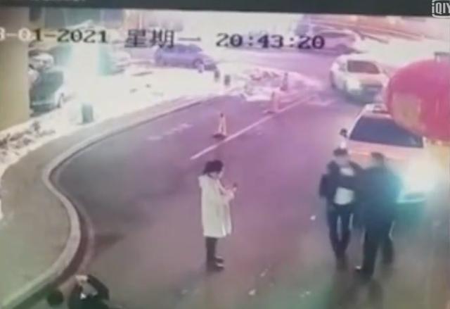 小区保安拦下外来车辆,被车主拳打脚踢,头部多次被踹 全球新闻风头榜 第3张