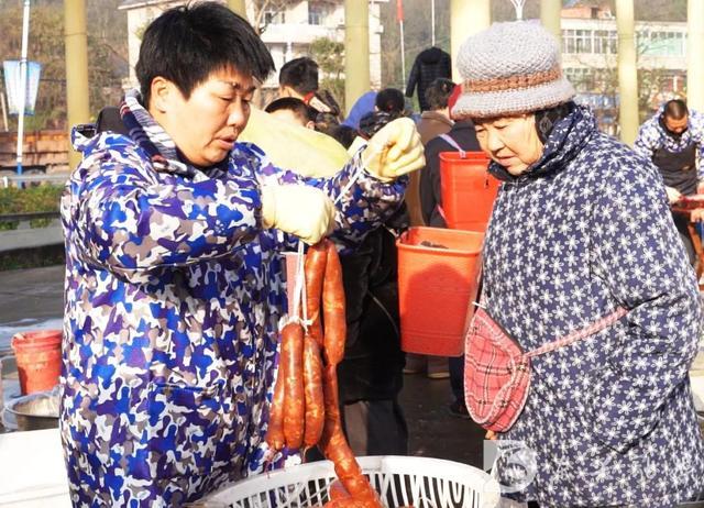 肠怎么做,真的太诱人了,快来看看东兴区的鱼肉香肠是怎么做的