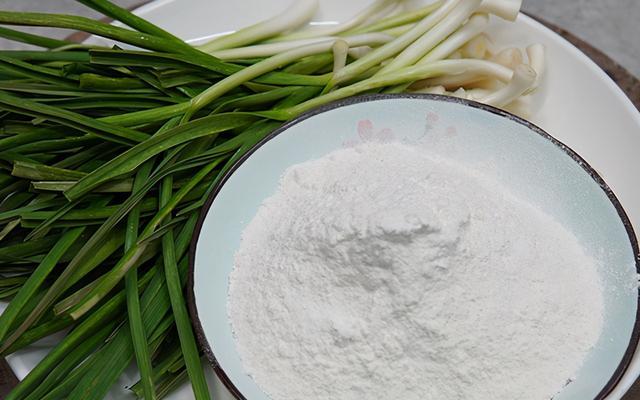 大蒜的吃法,1把大蒜,1碗面粉,江苏农村特色吃法,简单一炒,出奇的好吃