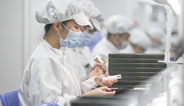一支电子烟背后有多少秘密?我们去悦刻的深圳工厂调查了一趟