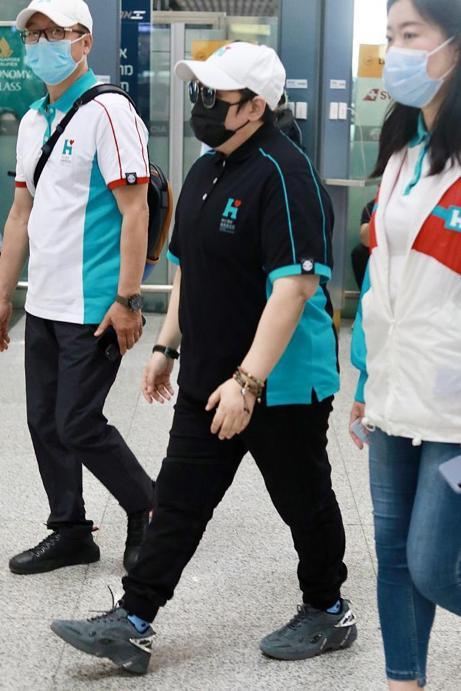 韩红暴瘦40斤后现身机场,和员工穿同款上衣,手戴珠链显富态 全球新闻风头榜 第1张