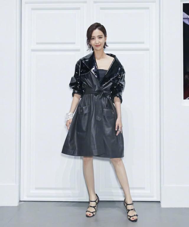 佟丽娅身穿一袭黑色露肩皮裙,时尚又性感,帅气十足 全球新闻风头榜 第3张