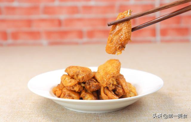 炖鸡翅的家常做法,大厨做的酱烧鸡翅,改下刀不用腌,一煎一炖简单两步,鲜香又入味
